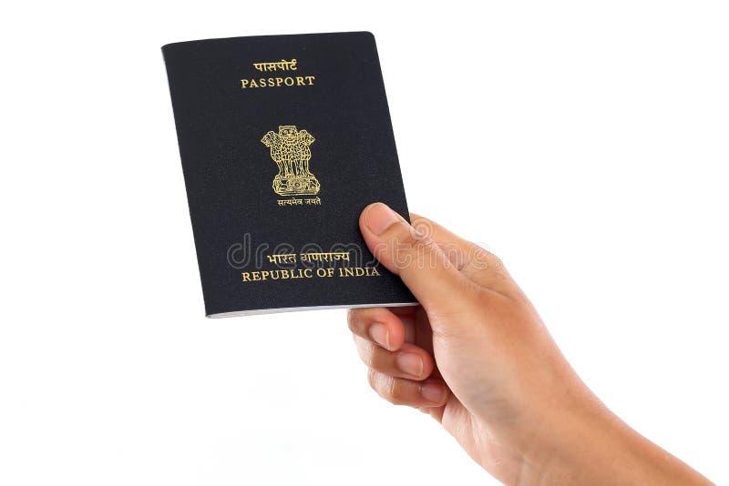 Main tenant le passeport indien sur le fond blanc images stock