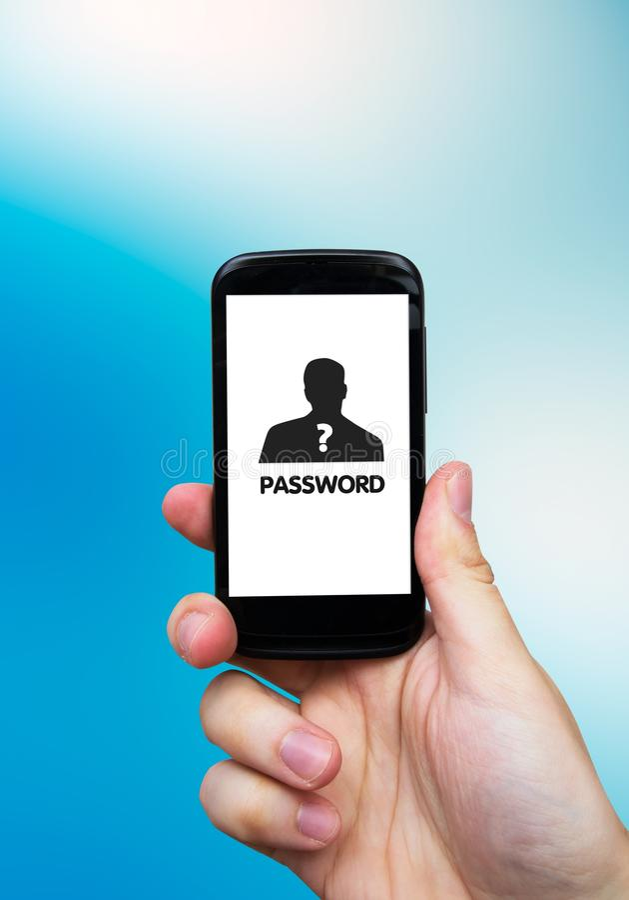 Main tenant le smartphone avec le mot de passe sur l'affichage. photo stock