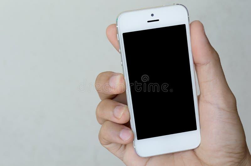 Main tenant le téléphone avec l'espace de copie photos libres de droits