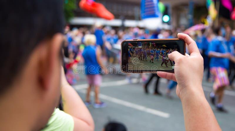 Main tenant le téléphone intelligent et prenant la photo photos stock