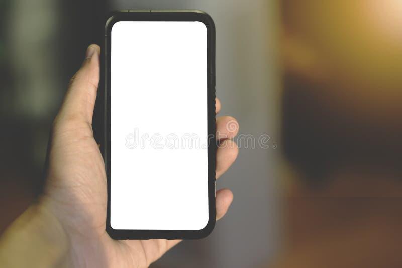 Main tenant le téléphone portable dans le jour ensoleillé photos libres de droits