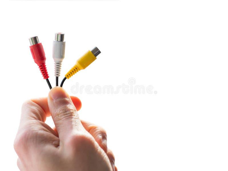 Main tenant les câbles audio images stock