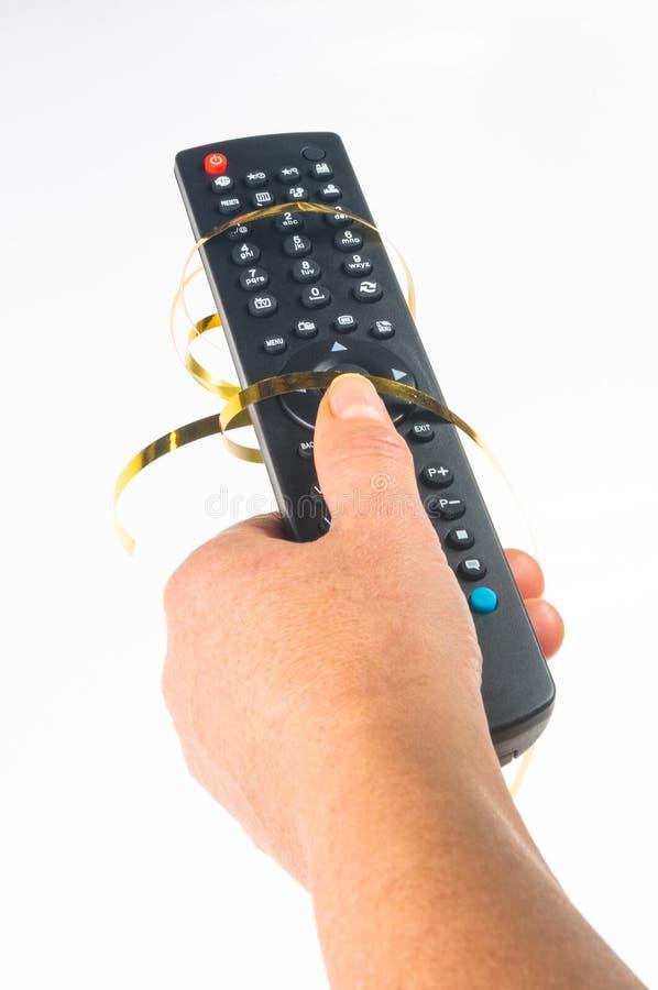 main tenant un à télécommande sur le fond blanc, en gros plan photographie stock libre de droits