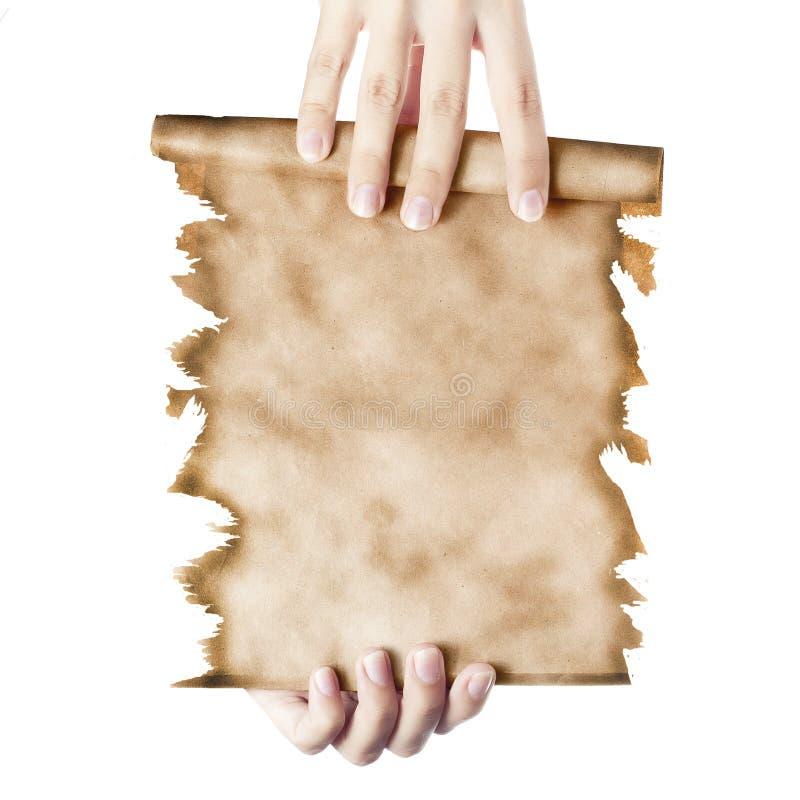 Main tenant un rouleau plié de vieux papier photo stock