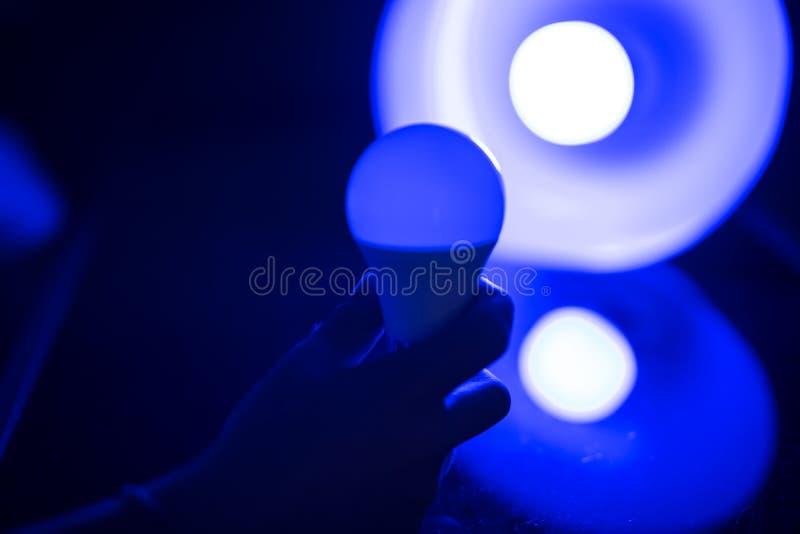 Main tenant une ampoule photographie stock