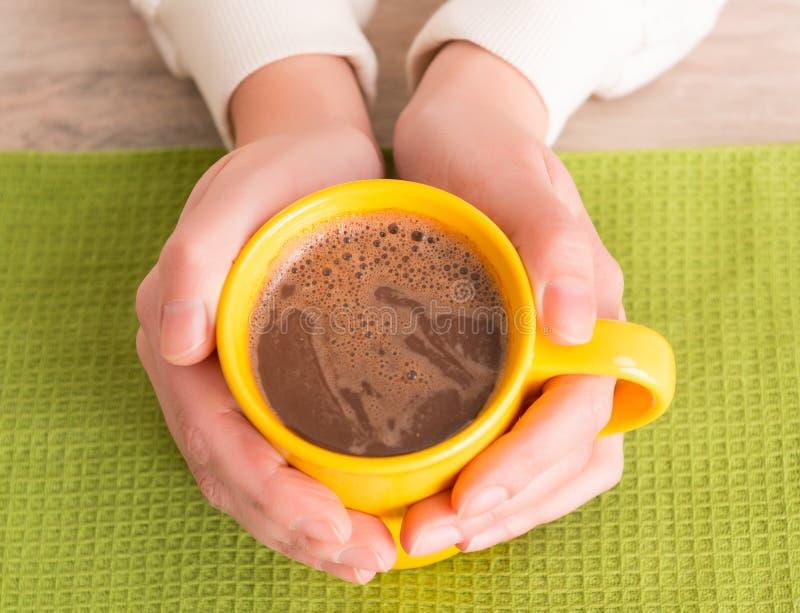 Main tenant une tasse avec du café images libres de droits