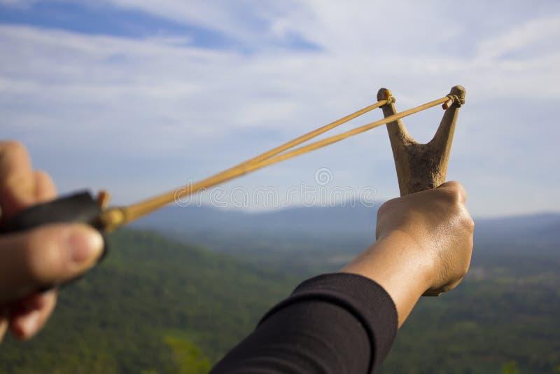 Main tirant le tir de bride image stock