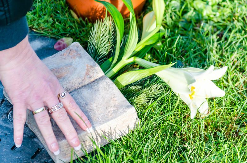 Main, tombe, cimetière photographie stock