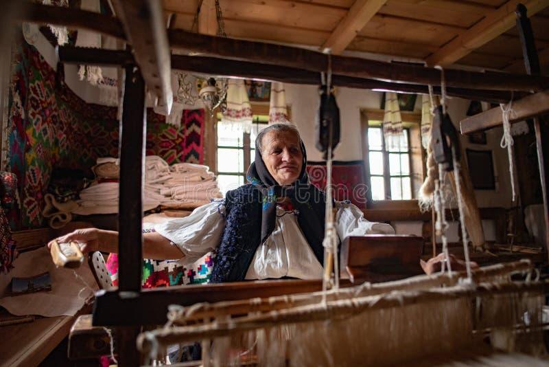 Main traditionnelle papier d'emballage de Roumanie, comt? de Maramures photos stock