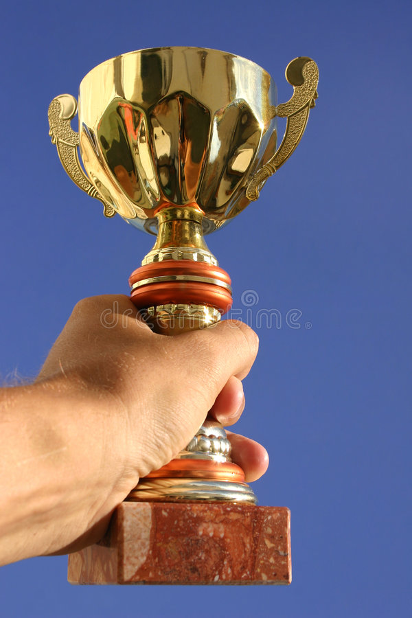 Main, trophée et ciel image libre de droits
