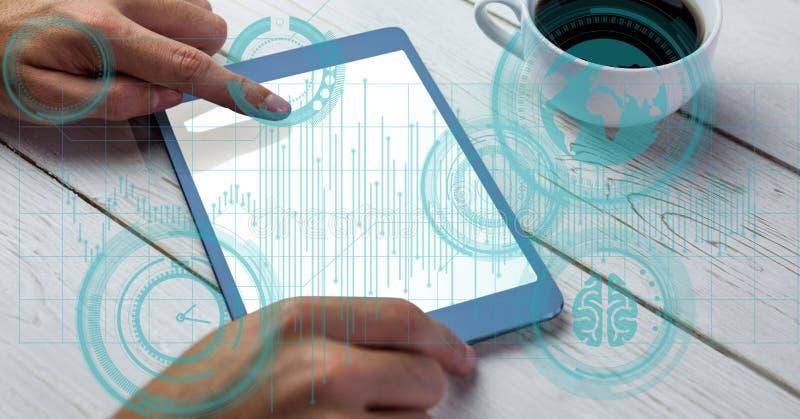 Main utilisant la tablette sur des recouvrements d'esprit de table photos libres de droits