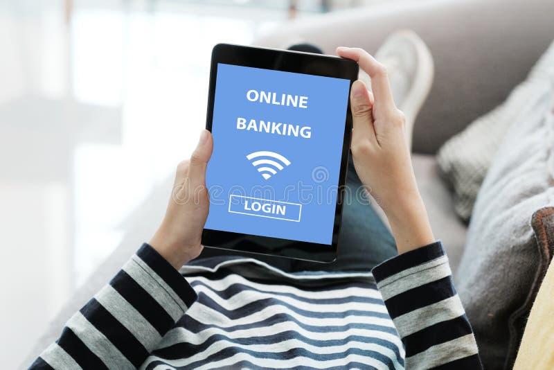 Main utilisant le comprimé numérique avec l'ouverture en ligne de mot de passe de compte bancaire sur l'écran au-dessus du fond d image libre de droits