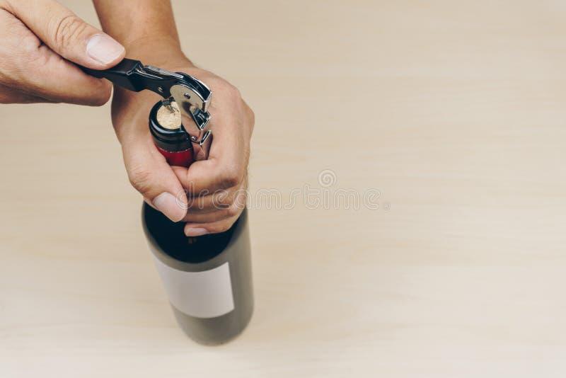 Main utilisant un tire-bouchon en métal photos libres de droits