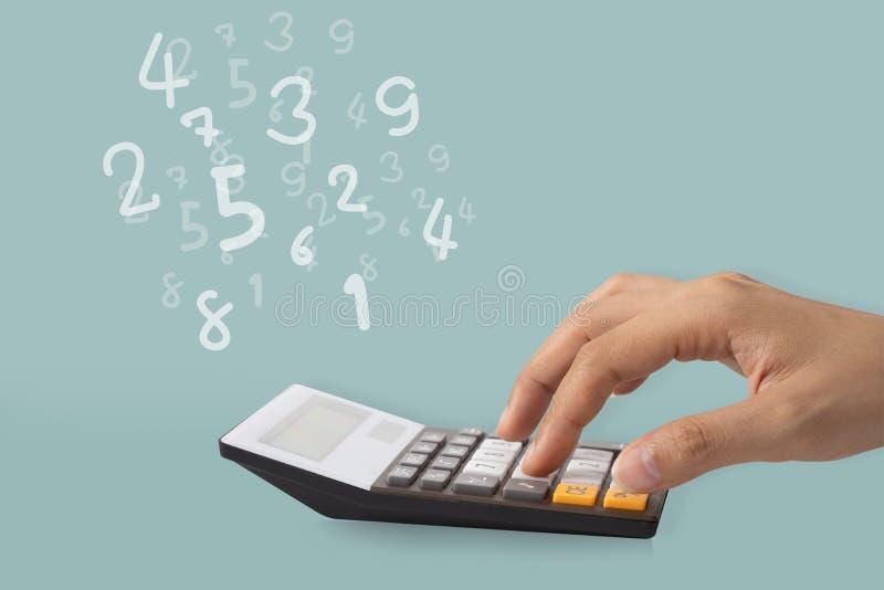 Main utilisant une calculatrice pour calculer les nombres, concept d'idée image stock