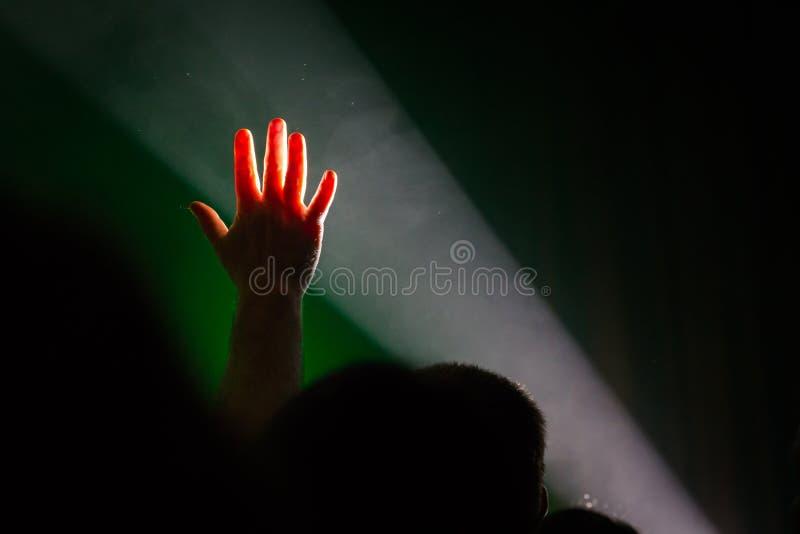 Main vers le haut de faisceau lumineux, personnes de foule photos stock