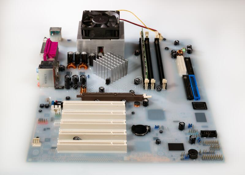 Mainboard card dator översvämmad av vitt färgat vatten royaltyfri bild