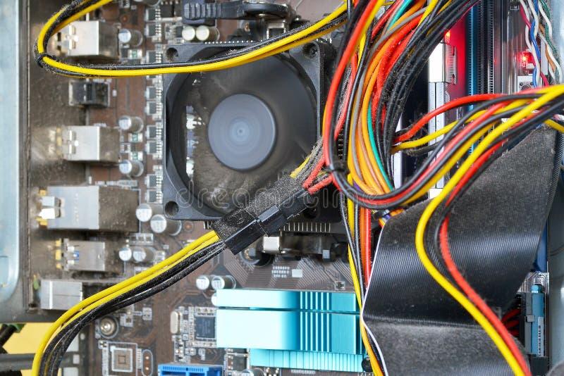 Mainboard und Kabelinnere des Personal-Computerfalles werden mit Staub viel Staub unter der Kühlvorrichtung auf dem Prozessor r u stockbilder