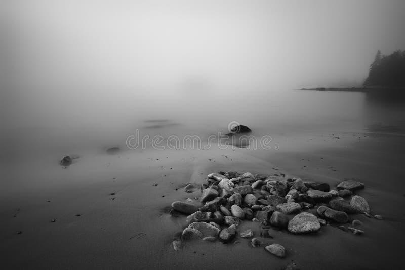 Maine Beach costera derramada roca en niebla pesada fotografía de archivo