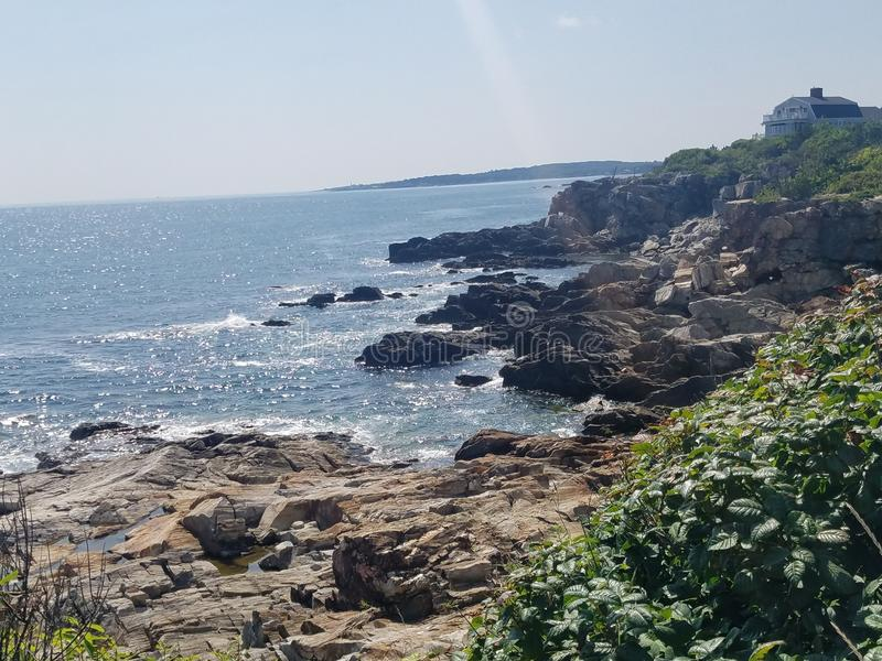Maine, rivage de plage de roche près de phare photographie stock