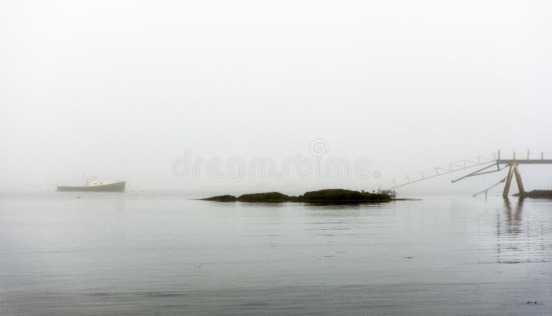 Maine-zeekreeftboot bij anker in vroege ochtendmist stock fotografie