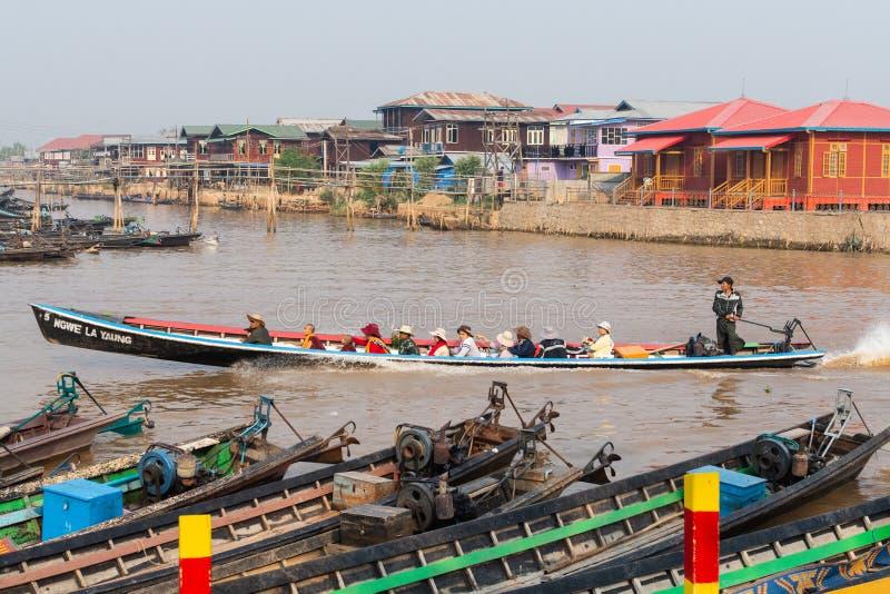 Maing Thauk, Myanmar - April 2019: traditionellt Burmese sväva hus på vatten i Inle sjön royaltyfri fotografi