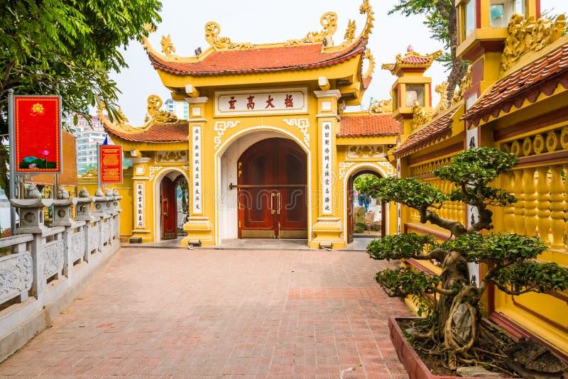Maingate av den buddistiska templet Tran Quoc Pagoda, symbol av Hanoi, Vietnam royaltyfri bild