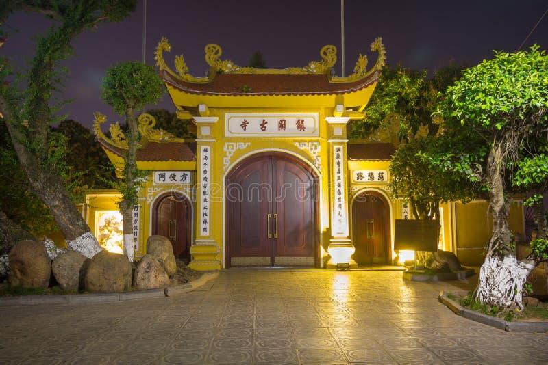 Maingate av Tran Quoc Pagoda på den lilla halvön royaltyfri foto