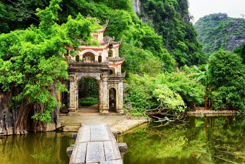 Maingate till Bich Dong Pagoda, Ninh Binh Province, Vietnam royaltyfri bild