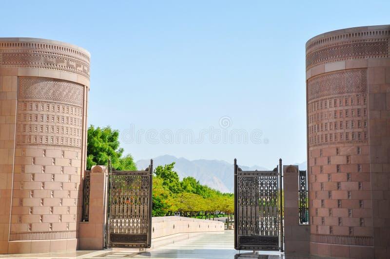 Maingaten av moskén i Muscaten arkivfoto
