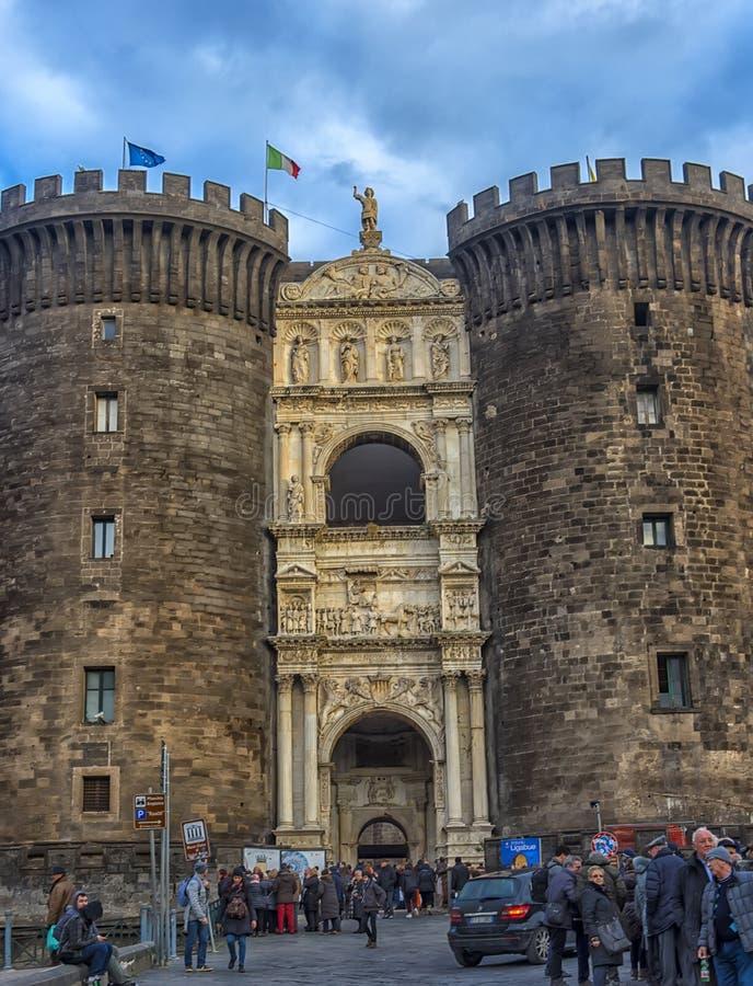 Maingaten skulpterar på Castel Nuovo, den mellersta ålderfästningen och dess båge av triumfen, Naples, Italien royaltyfria bilder
