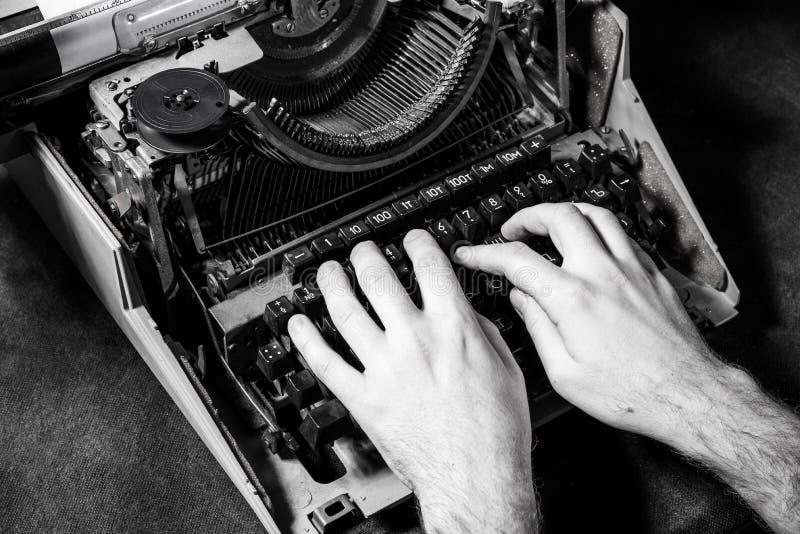 Mains écrivant sur la vieille machine à écrire photos libres de droits
