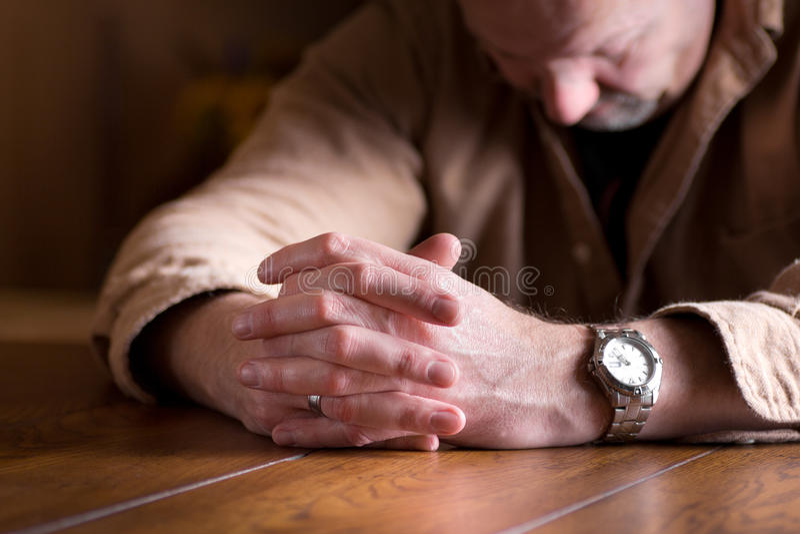 Mains étreintes dans le désespoir photographie stock