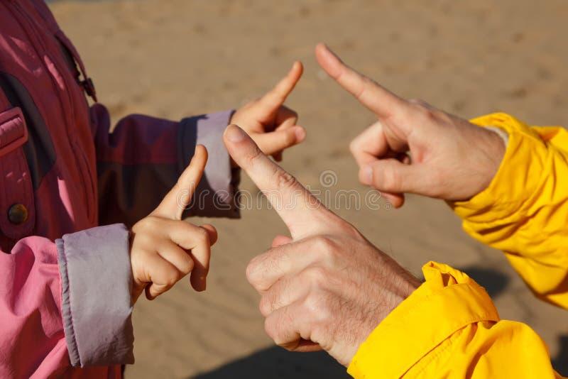 Mains adulte et enfant qui jouent les uns avec les autres photos libres de droits