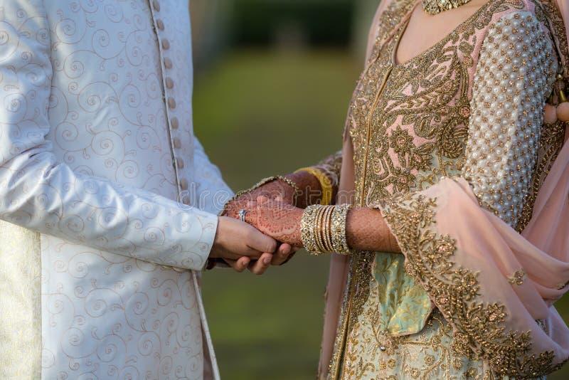 Mains asiatiques de fixation de couples photos libres de droits