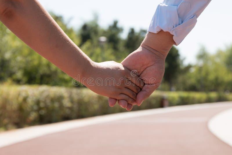 Mains asiatiques de fixation de couples photos stock
