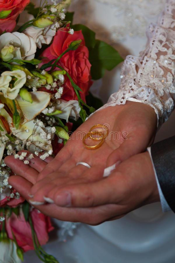 Mains avec des boucles de mariage image libre de droits