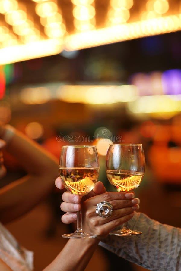 Mains avec des glaces de champagne photos libres de droits