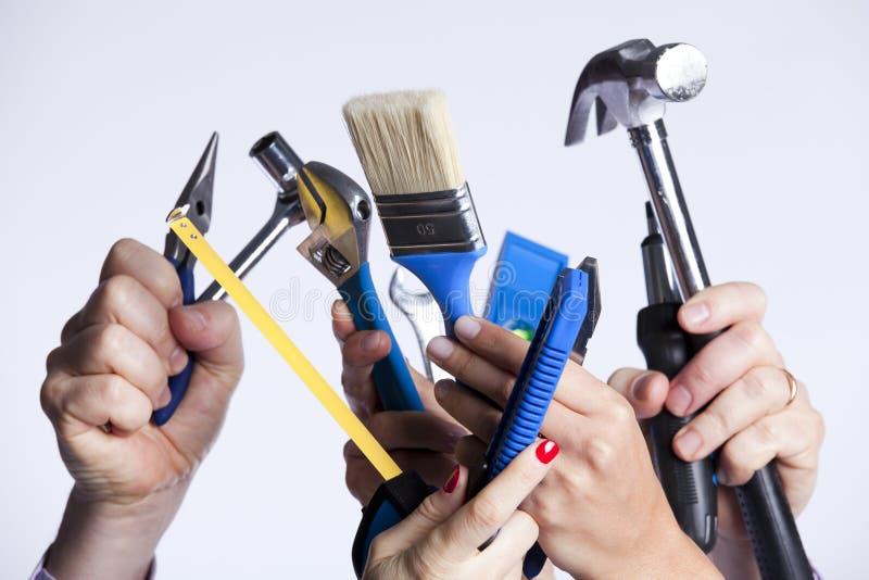 Mains avec des outils image stock