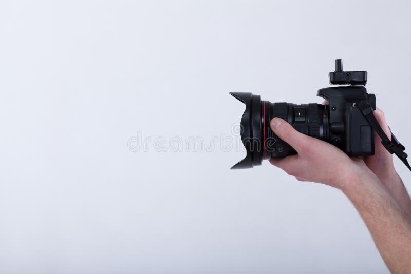 Mains avec l'appareil photo numérique images stock