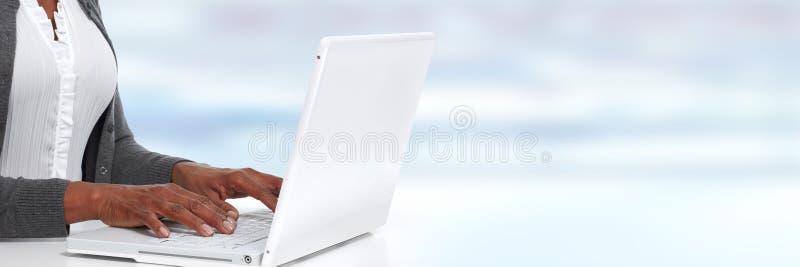 Mains avec l'ordinateur portatif photographie stock libre de droits