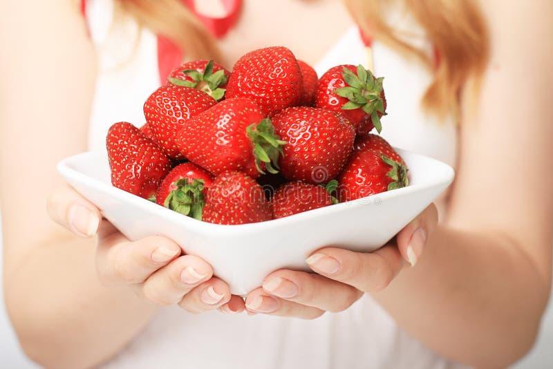 Mains avec la fraise. photo stock