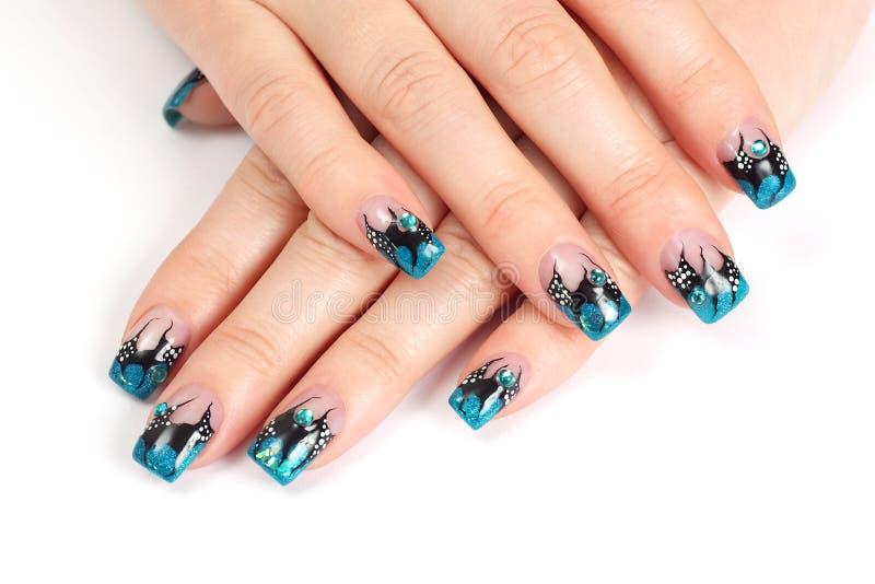 Mains avec la manucure bleue image stock