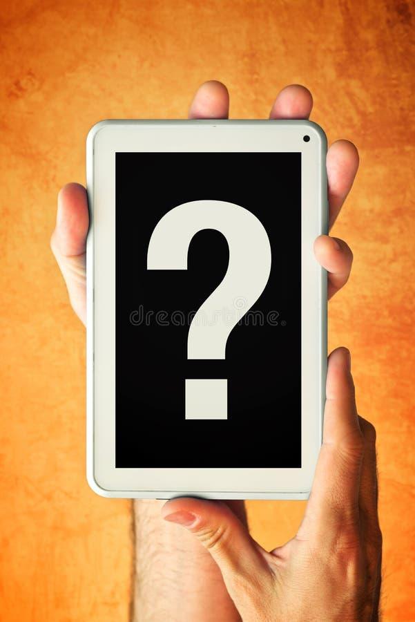 Mains avec la tablette et le point d'interrogation photographie stock