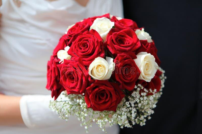 Mains avec le bouquet de mariage images libres de droits