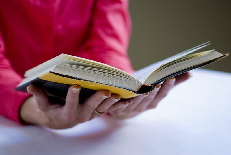 Mains avec le livre images libres de droits