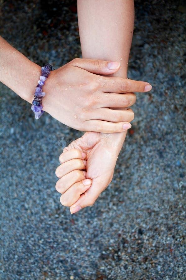 Mains Avec Le Sable Humide Images stock