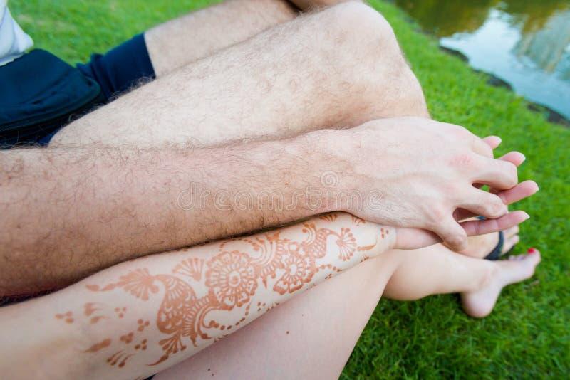 Mains avec le tatouage naturel de henné image stock