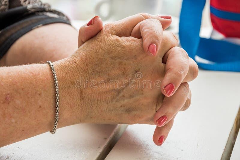 Mains caucasiennes pluses âgé pliées dans la prière photo libre de droits