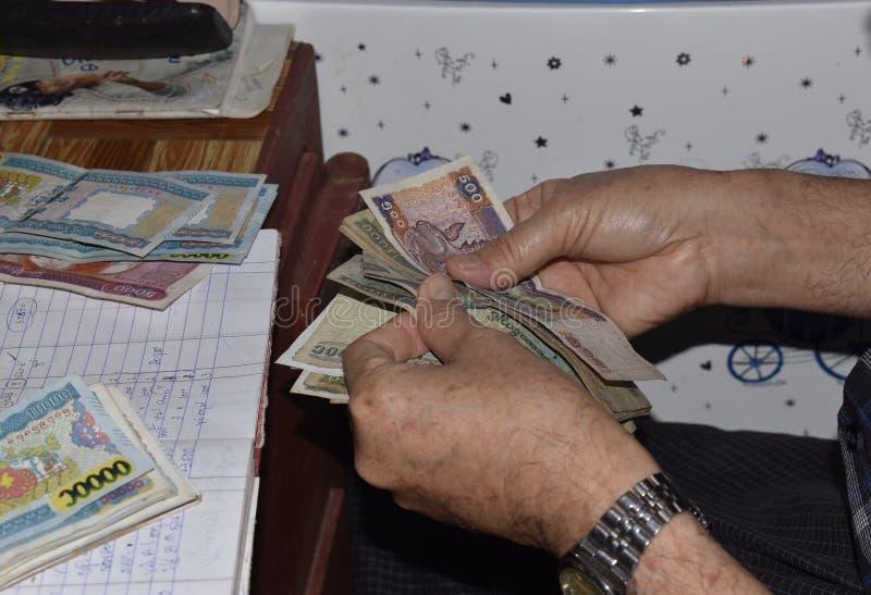 Mains comptant la vue de plan rapproché d'argent de Myanmar photo stock