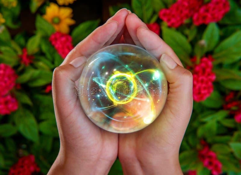 Mains Crystal Ball Atom images libres de droits